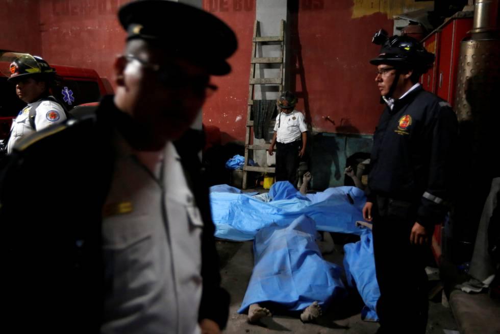 Un bombero cubre cuerpos tendidos en una morgue temporal cerca del Volcán de Fuego en Alotenango, el 3 de junio.