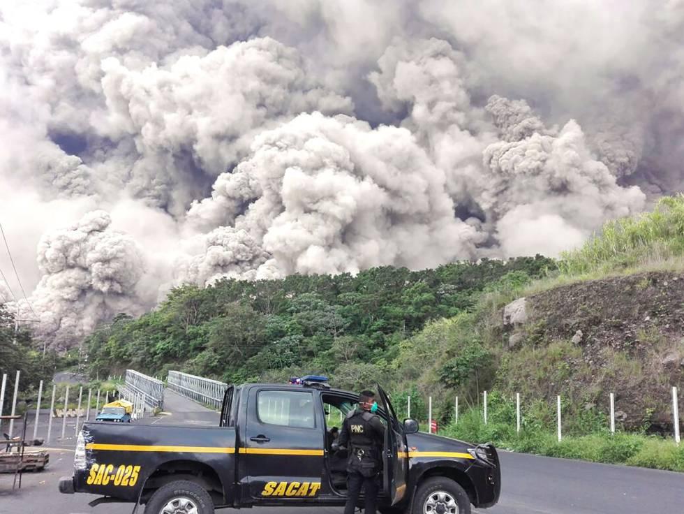 Un equipo de búsqueda y rescate de la policía de Guatemala frente al Volcán de Fuego tras su erupción, el 3 de junio.