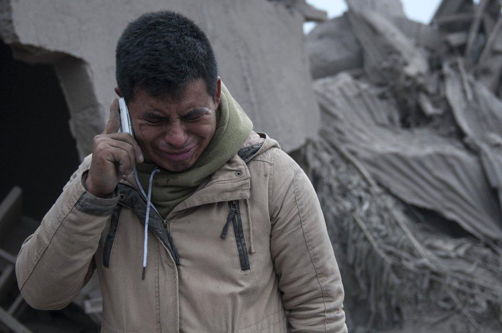 Un hombre, que busca a su mujer, llora tras observar las cenizas a las que se ha visto reducido su vecindario tras la erupción del volcán, en Escuintla, (Guatemala).