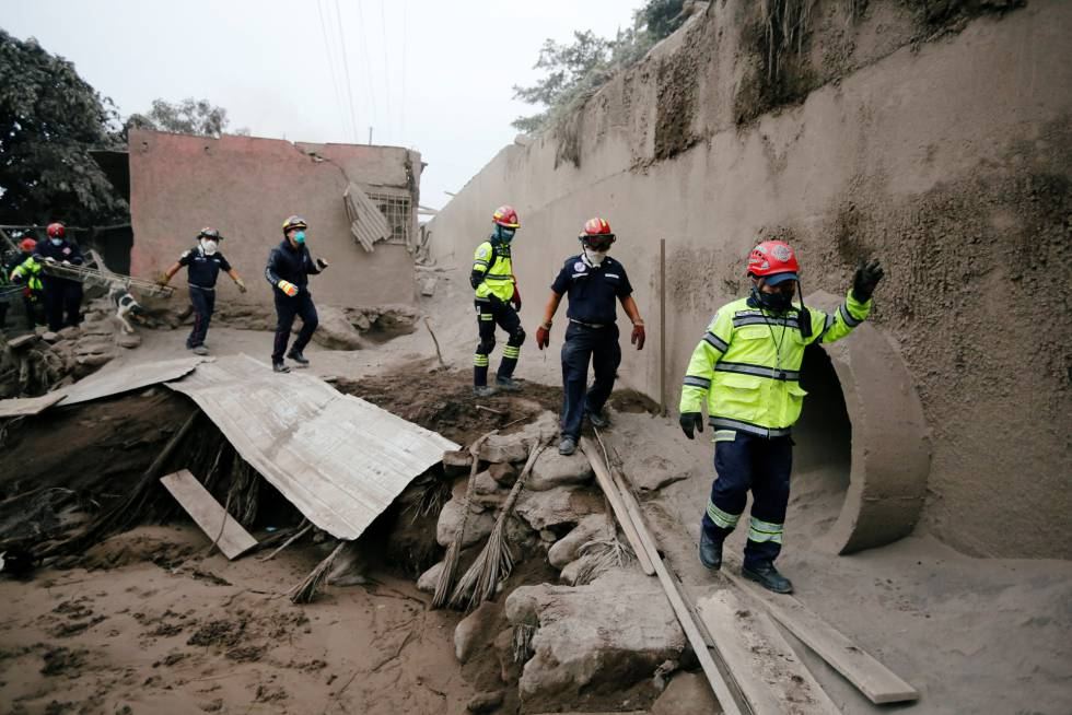 Trabajos de rescate en la zona de San Miguel Los Lotes, el 4 de junio de 2018.