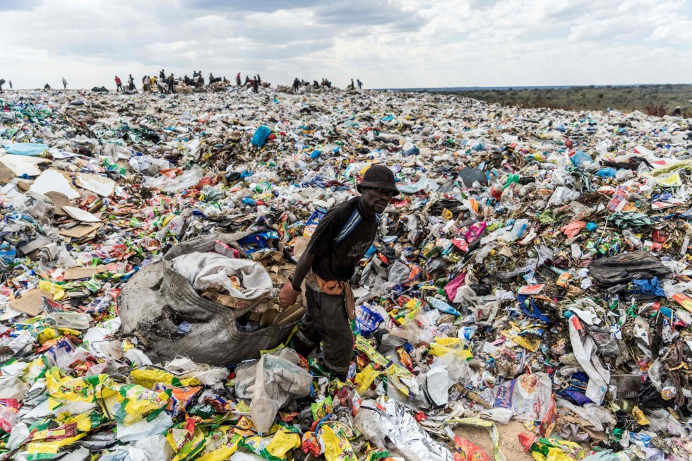 Homem seleciona lixo reciclável em um aterro na cidade de Bulawayo, segunda maior cidade do Zimbábue.