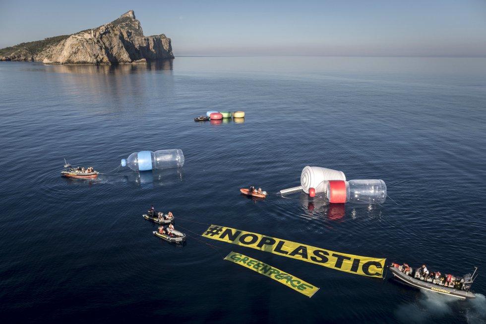 Acción simbólica de Greenpeace para visibilizar el problema de la contaminación en el Mediterráneo.