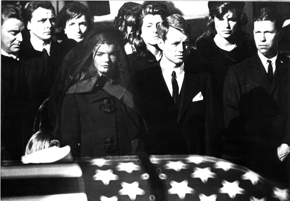 Jacqueline Kennedy y Robert Kennedy, viuda y hermano, respectivamente, de John F. Kennedyy asesinado en Dallas y enterrado en Arlington el 25 de noviembre de 1963.