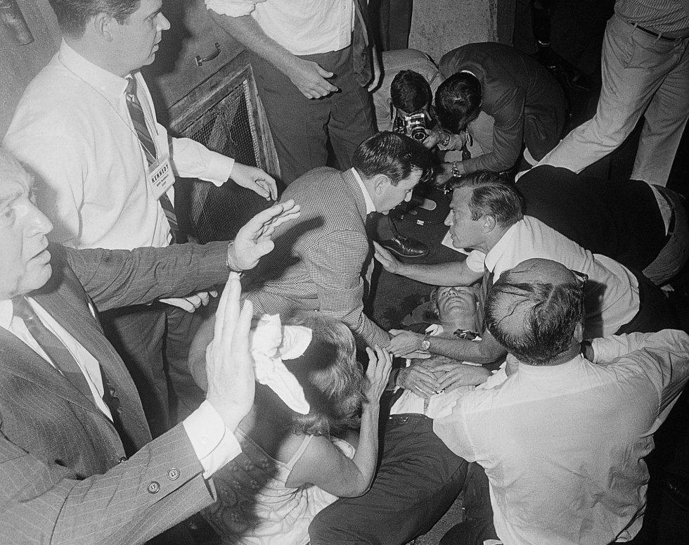 El senador Robert Kennedy yace en el suelo de un pasillo del hotel Ambassador tras recibir varios disparos, el 5 de junio de 1968. Un día después murió en el Good Samaritan Hospital.