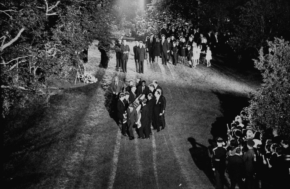 Funeral de Robert F. Kennedy, que se celebró en Nueva York después de que su cuerpo estuviese dos días expuesto en la catedral de San Patricio. Robert nació el 20 de noviembre de 1925 en Brookline, Massachusetts y falleció el 6 de junio de 1968 en Los Ángeles. Tenía 42 años.