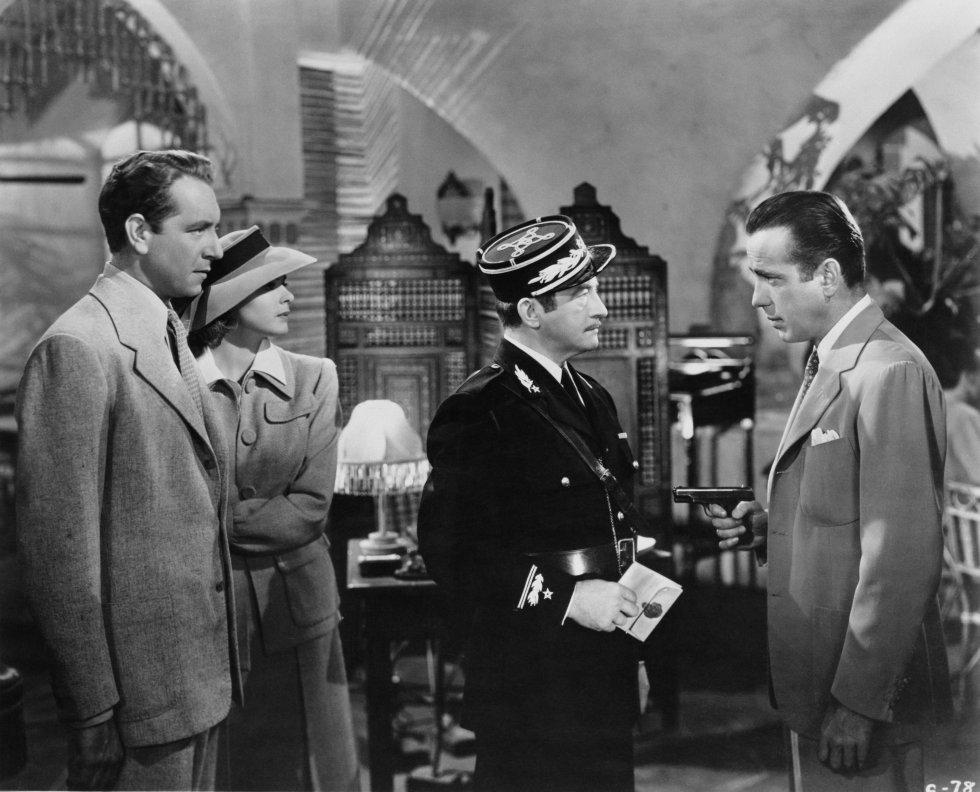 """Lo que dice la crítica: """"La película de Curtiz es un clásico por una razón: está hecha con la precisión, el detalle y la belleza de un huevo de Fabergé; el diálogo es inquietantemente memorable y Humphrey Bogart e Ingrid Bergman son una de las parejas más magnéticas de la historia"""" (Wendy Ide, 'Times'). Lo que dice Juan, usuario de Filmaffinity de Mar del Plata (Argentina): """"¡Que alguien me explique algo! ¿Dónde está el argumento? ¿Dónde está el encanto? Bergman y Bogart no pueden estar más sosos, insulsos y anodinos. Aburridísima, no engancha, no le veo el buen nivel por ningún lado. […] En fin, un pestiñazo lo mires por donde lo mires""""."""