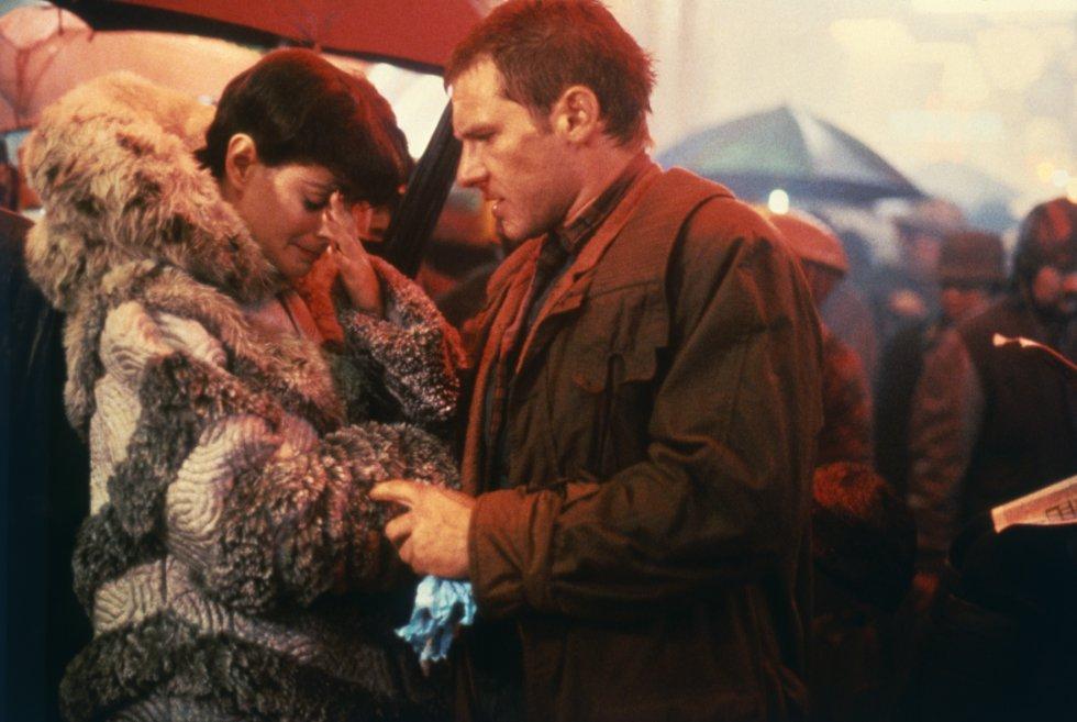 """Lo que dice la crítica: """"Tal vez la única película de ciencia ficción que puede considerarse trascendental"""" (Owen Gleiberman, 'Entertainment Weekly'). Lo que dice Ludilo, usuario de Filmaffinity de Madrid (España): """"El guion me parece muy malo. Los actores, en especial Harrison Ford con sus poses y sus caritas, [...] me parecen muy malos. La música me parece muy mala. La fotografía me parece muy mala. El argumento me parece muy malo. No sé si me dejo algo... ¡Ah si! La película me parece muy mala""""."""