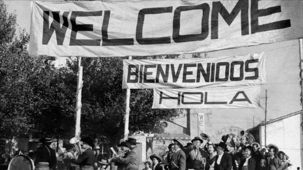"""Lo que dice la crítica: """"Una divertida reflexión sobre los rasgos de la sociedad española durante el franquismo, sobre la miseria, la represión, la ignorancia y el abuso de poder"""" (Fernando Méndez-Leite, 'Guía del Ocio'). Lo que dice Donxexe, usuario de Filmaffinity: """"Película al estilo 'Cine de Barrio' donde se confirma que España es identificada únicamente por el arte andaluz""""."""