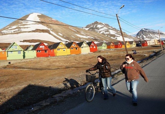 """Longyearbyen es una ciudad de la isla de Spitsbergen y capital del archipiélago de las Svalbard, de soberanía noruega. Es el lugar habitado (2.000 habitantes) más septentrional del planeta. Esto es, la que está situada más al norte del mundo. Su superficie es de 242 kilómetros cuadrados. Parecida a la de Ávila, pero la ciudad abulense tiene mucha más población: 60.000 habitantes. Las calles de Longyearbyen albergan pubs, iglesias, escuelas, hoteles, restaurantes, un hospital, concesionarios de coches e incluso la redacción de un periódico. Sin embargo, no hay ni rastro de cementerios desde 1950. ¿El motivo? Nadie muere en esta ciudad. ¿Son, entonces, inmortales sus habitantes? No, pero en Longyearbyen ser viejo está mal visto y morirse directamente prohibido. Este veto se remonta a principios del siglo XX, cuando unos científicos descubrieron que en Longyearbyen los cadáveres se conservaban en perfecto estado a causa de la enorme capa de hielo que cubría y rodeaba los ataúdes. Esta singular característica terminó convirtiéndose en un problema. """"Surgió una fiebre que llevó a muchas personas a instalarse en las islas para morir con la esperanza de ser descongelados y resucitados algún día, en el momento en que la ciencia diera con la tecla de la inmortalidad"""", explica a ICON el escritor Javier Reverte, que ha visitado la zona para su reciente libro, 'Confines' (Plaza&Janes). Para evitar la tentación, la localidad se ha convertido en un territorio hostil para aquellos que pasan por sus últimos años de vida (la mayor parte de los 2.000 habitantes se mueve entre los 25 y los 44 años). """"No hay residencias de ancianos ni unidades de cuidados paliativos. No se permite la construcción de rampas, de manera que ancianos y minusválidos no puedan instalarse allí. Las personas que están muy mayores o enfermas deben ser trasladadas a la península para ser tratadas o morir"""", apunta el escritor. ¿Y si alguien fallece de improvisto? """"Su cadáver es exportado en aeroplano fuera de las """
