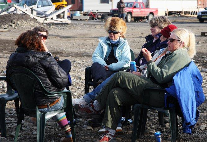 """¿Qué lleva a los 2.000 habitantes de Longyearbyen a permanecer en un lugar cuya principal característica es que tiene el clima más extremo del planeta? """"La oportunidad de tener trabajo. Allí hay para todos, y encima muy bien remunerado"""", resuelve Javier Reverte. El archipiélago se encuentra bajo la soberanía noruega, pero su estatus no está definido por la ONU. Esto quiere decir que cualquiera puede llegar a la ciudad habitada más próxima al Polo Norte, instalarse con total libertad y trabajar en los empleos que generan la investigación de medio ambiente, la minería de carbón, el turismo o los servicios. """"Trabajando en la mina se puede cobrar fácilmente 4.000 o 5.000 euros al mes"""", confirma el escritor de 'Confines' (Plaza Janés)."""