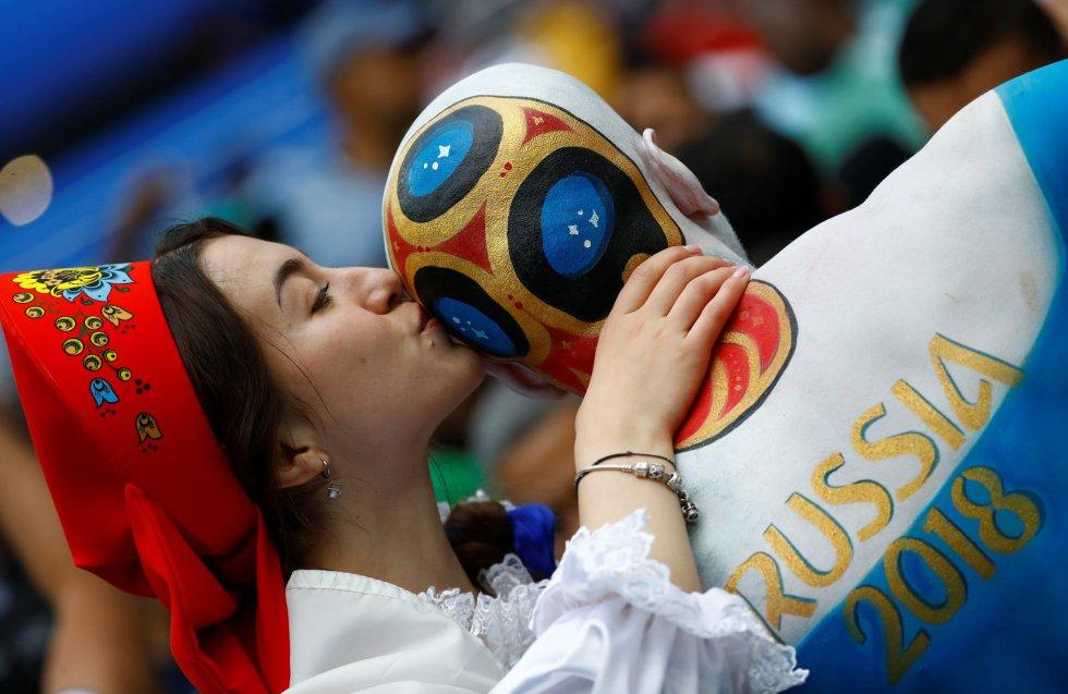 Una joven besa a un seguidor ruso.