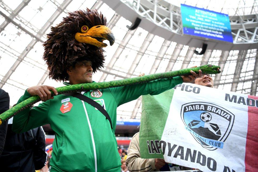 Un joven disfrazado en el estadio durante la inauguración.