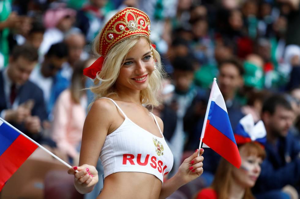 Seguidora rusa con banderas durante la ceremonia.