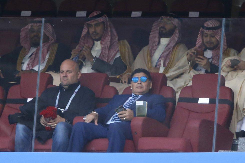 El exfutbolista argentino Diego Armando Maradona (derecha) observa la ceremonia inaugural del Mundial