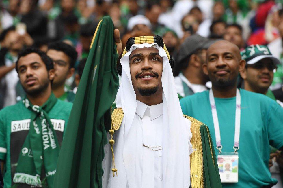 Seguidores de Arabia Saudí siguen la ceremonia inaugural del Mundial.