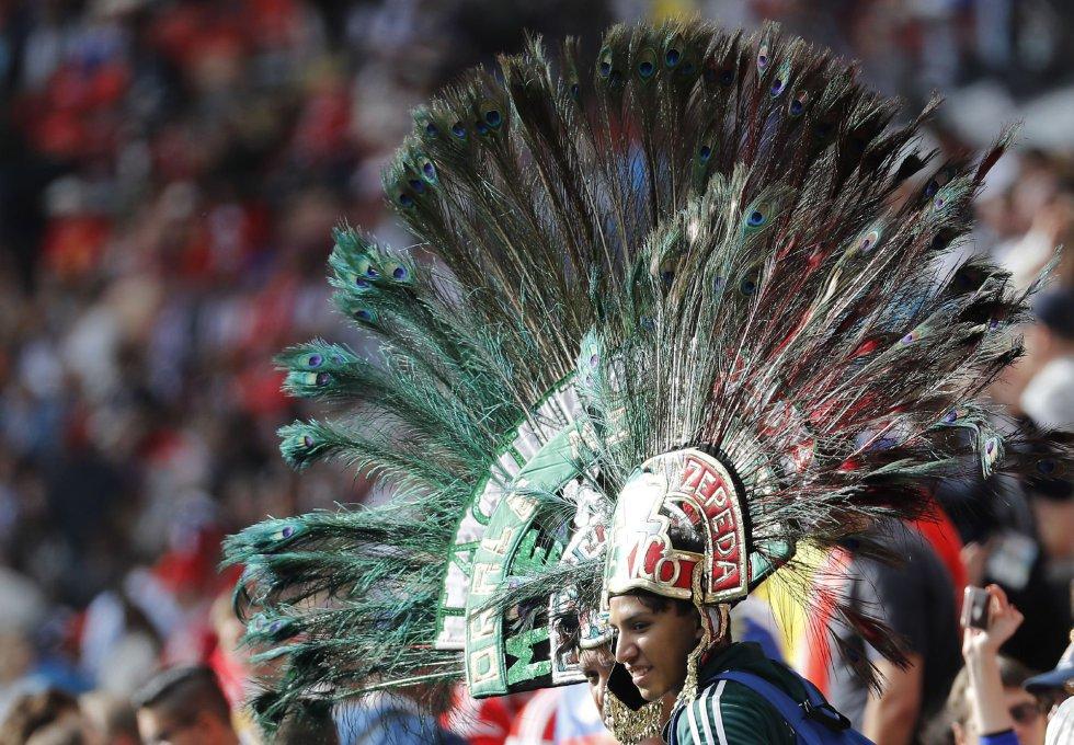 Aficionado de la selección de México espera el inicio del partido Rusia-Arabia Saudí.
