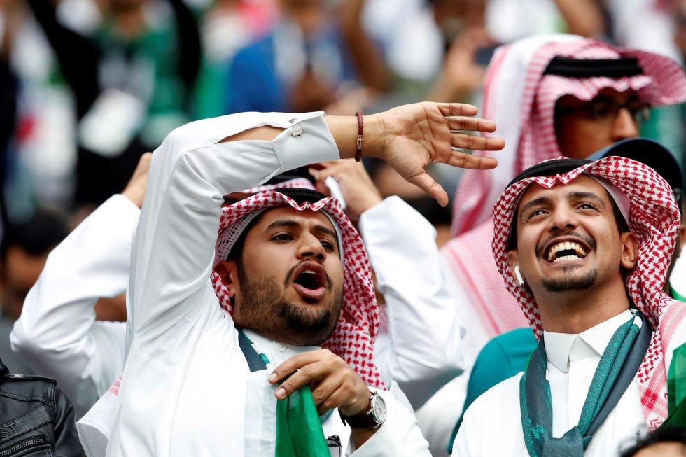 Aficionados de Arabia Saudí esperan antes del inicio del partido inaugural del Mundial de Rusia 2018.