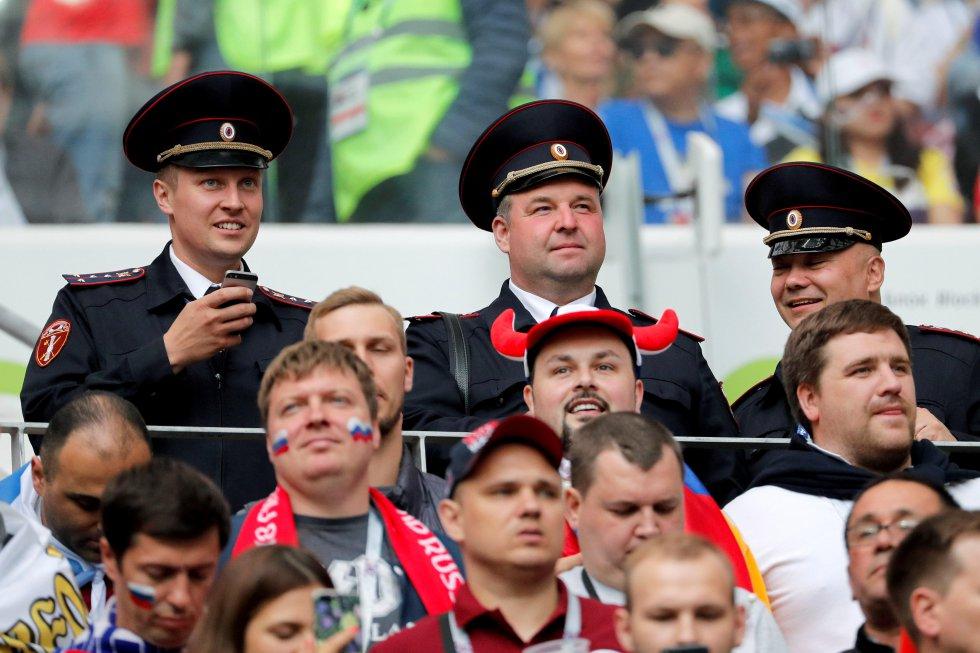 Oficiales rusos esperan antes del inicio del partido inaugural del Mundial de Rusia 2018.