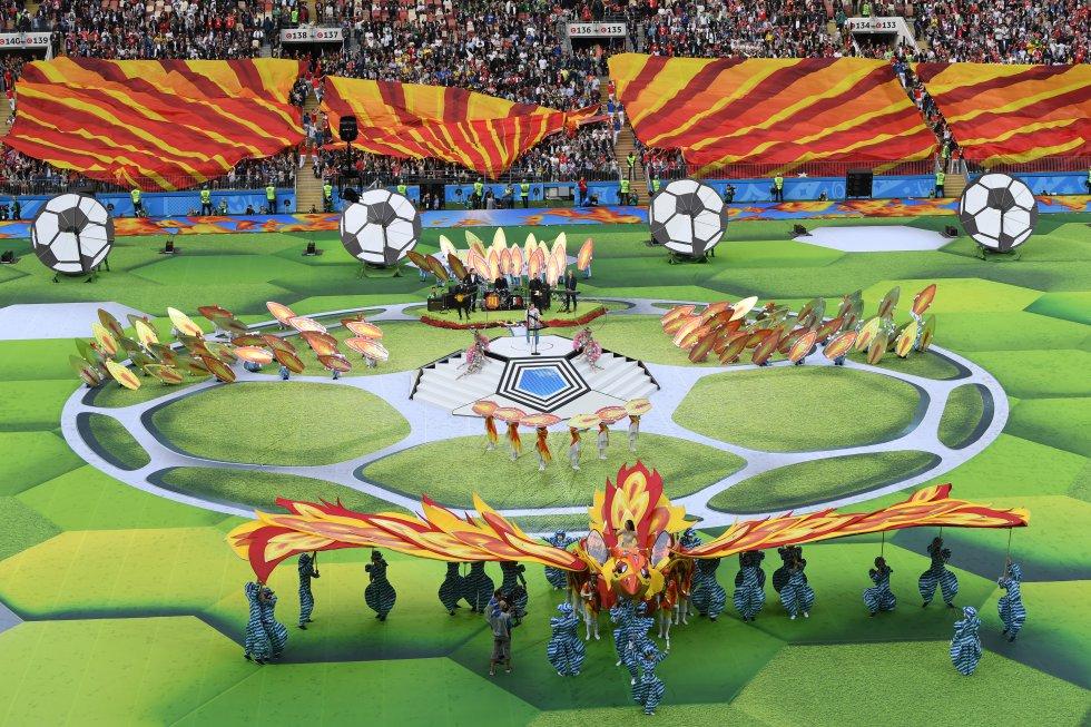 Artistas participan en la ceremonia de inauguración del Mundial.