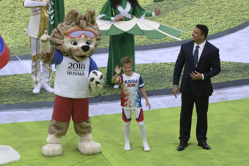 El exfutbolista Ronaldo (derecha) durante la ceremonia inaugural.