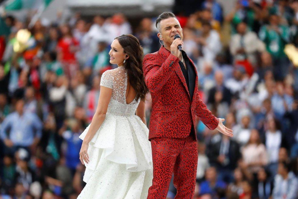 Robbie Williams y Aida Garifullina durante su actuación en la ceremonia inaugural.