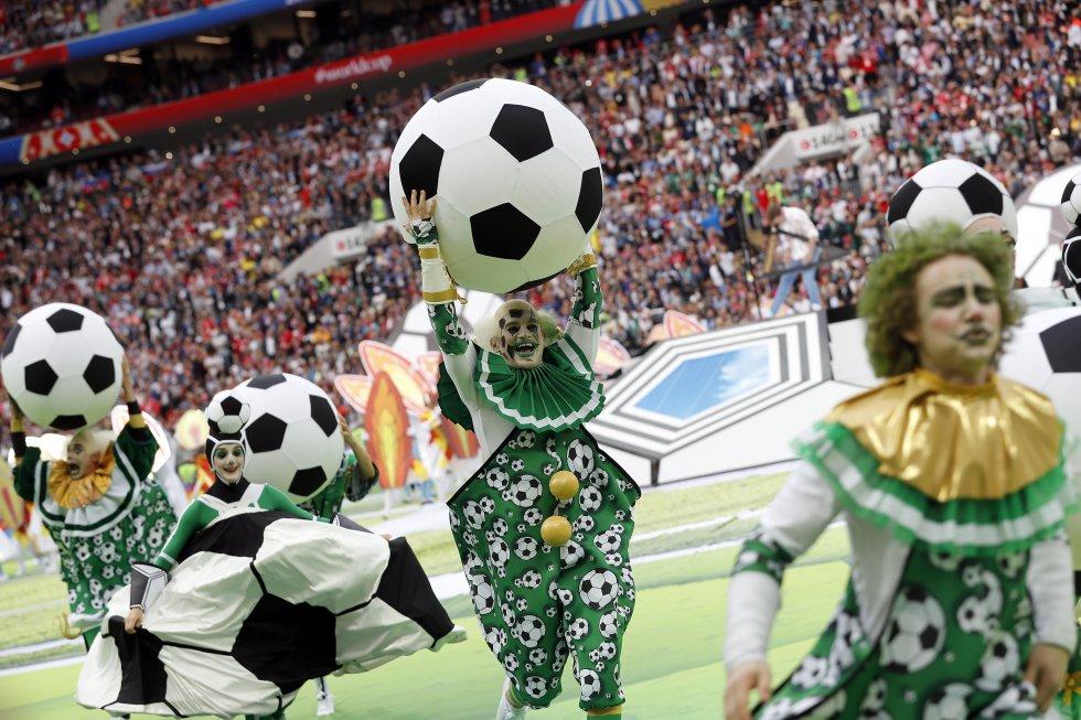 Bailarines participando en la ceremonia de apertura del Mundial.rn