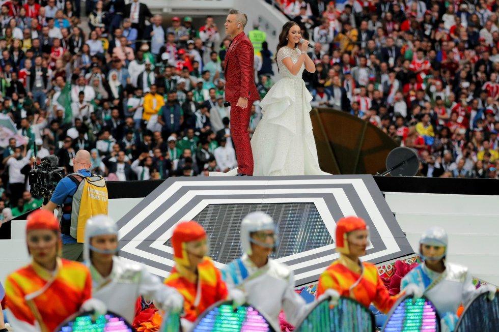 El cantante de pop británico Robbie Williams (i) y la soprano rusa Aída Garifullina actúan durante la ceremonia inaugural del Mundial de Fútbol de Rusia 2018.