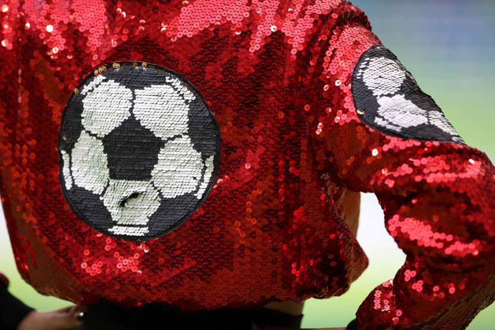 Detalle de una chaqueta de una de las bailarinas participantes en el ceremonia.