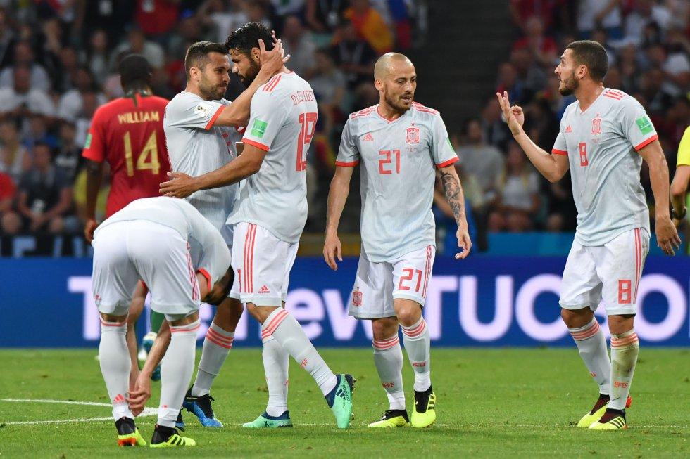 Diego Costa (tercero por la izquierda) es felicitado por sus compañeros.