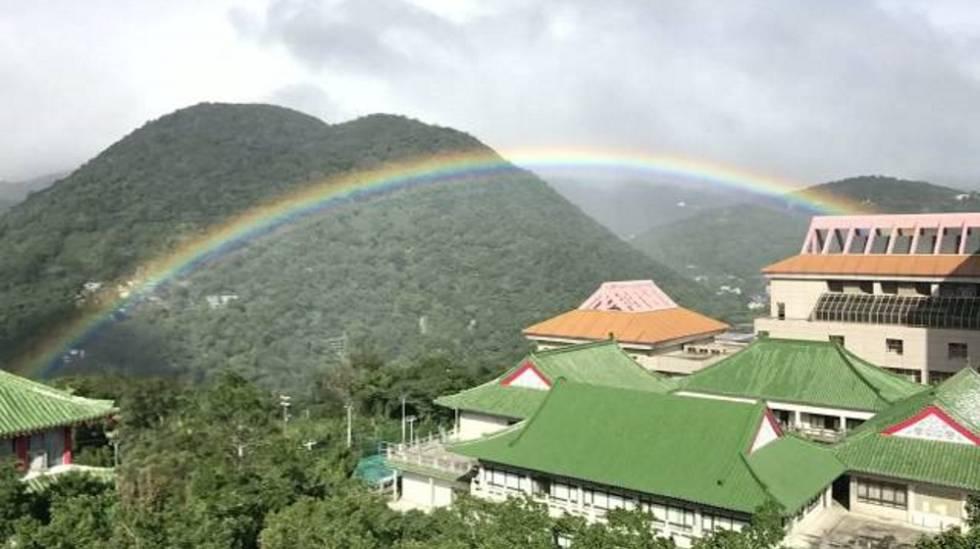 ¿Por qué en el arco iris y en el espectro no aparecen el color marrón ni el gris?