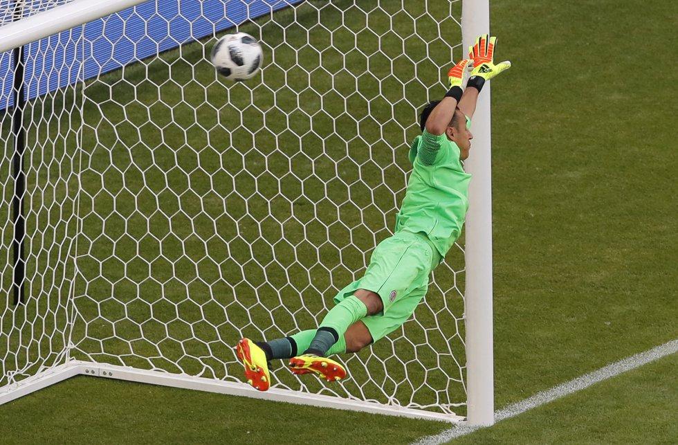 El portero de Costa Rica, Keylor Navas, no puede para el lanzamiento del serbio Aleksandar Kolarov.