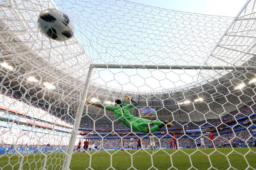 El balón del serbio Aleksandar Kolarov entra en la portería del equipo de Costa Rica.