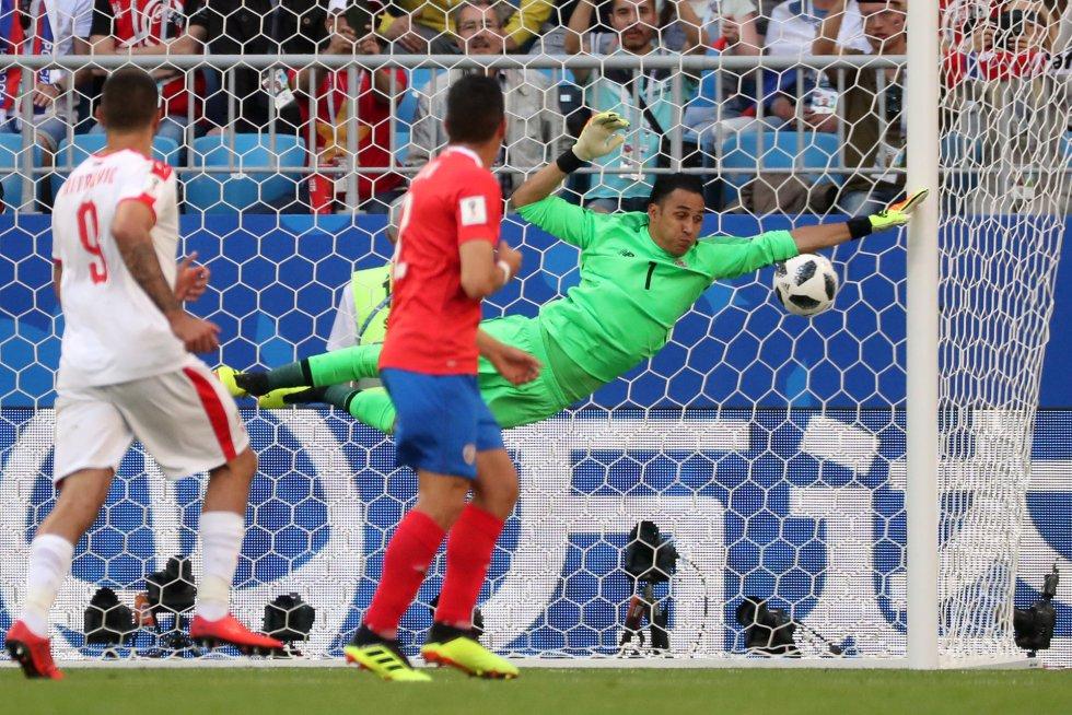 El portero de Costa Rica, Keylor Navas,no puede para el lanzamiento de Aleksandar Kolarov que marca para el equipo serbio.