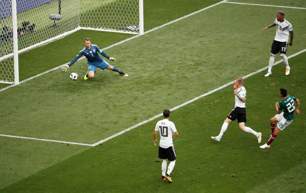 El mexicano Hirving Lozano marca el primer gol del partido a la selección alemana.
