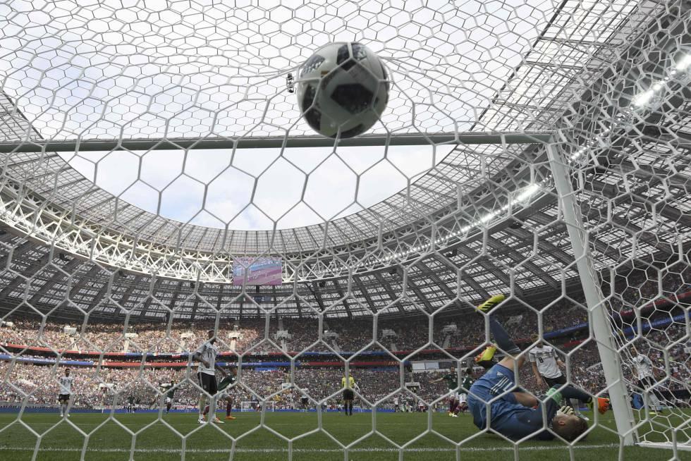 El portero alemán, Manuel Neuer, no puede parar el esférico del méxicano Hirving Lozano.