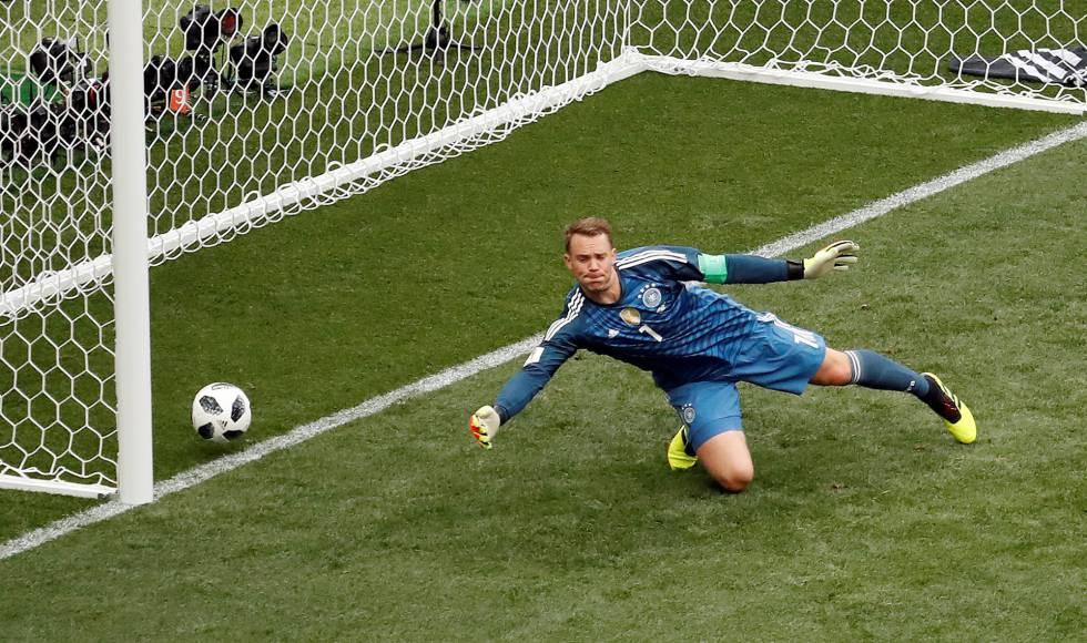El portero alemán, Manuel Neuer, no puede parar el lanzamiento del mexicano Hirving Lozano, que marca el primer gol del partido.