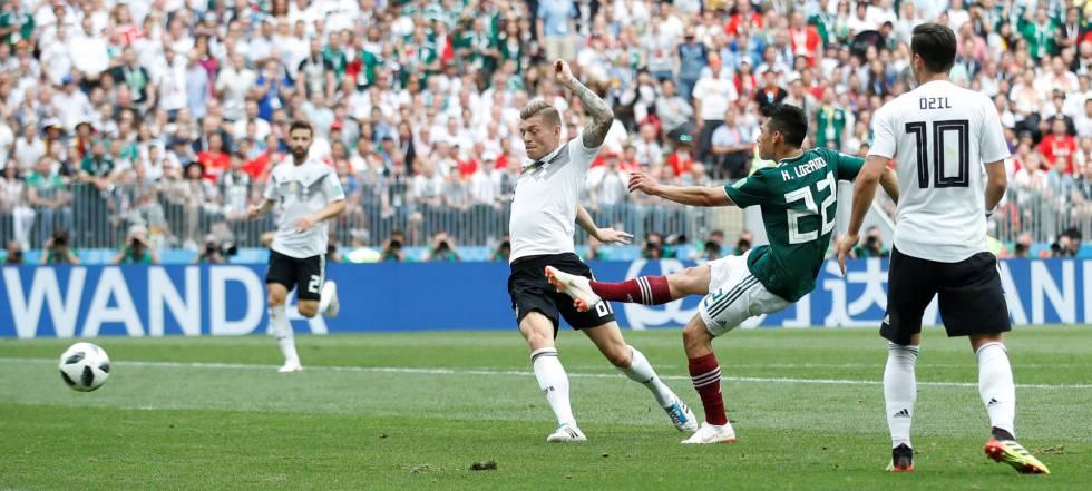 El mexicano Hirving Lozano marca el primer gol a la selección alemana.