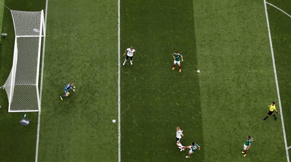 Hirving Lozano, marca el primer gol de la selección de México a Alemania.