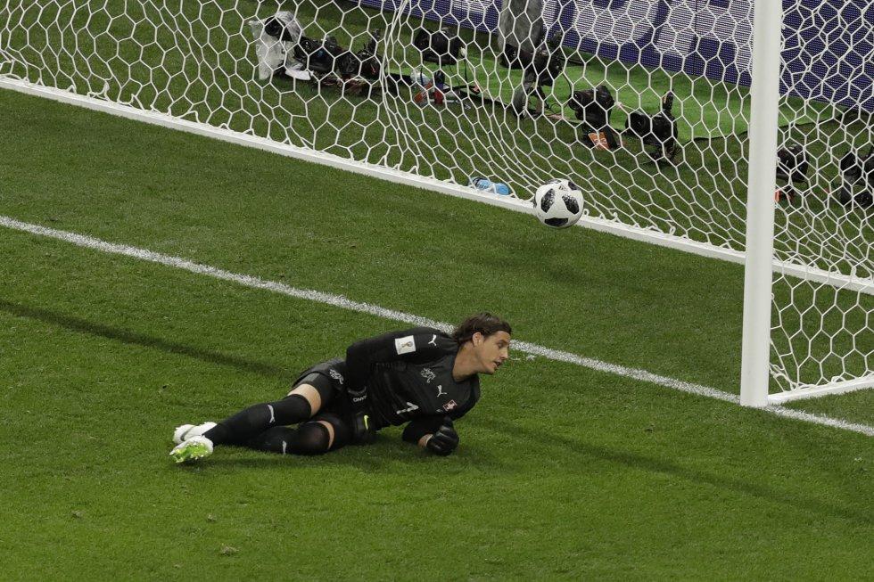Yann Sommer, portero de Suiza, en el suelo tras el gol de Coutinho.
