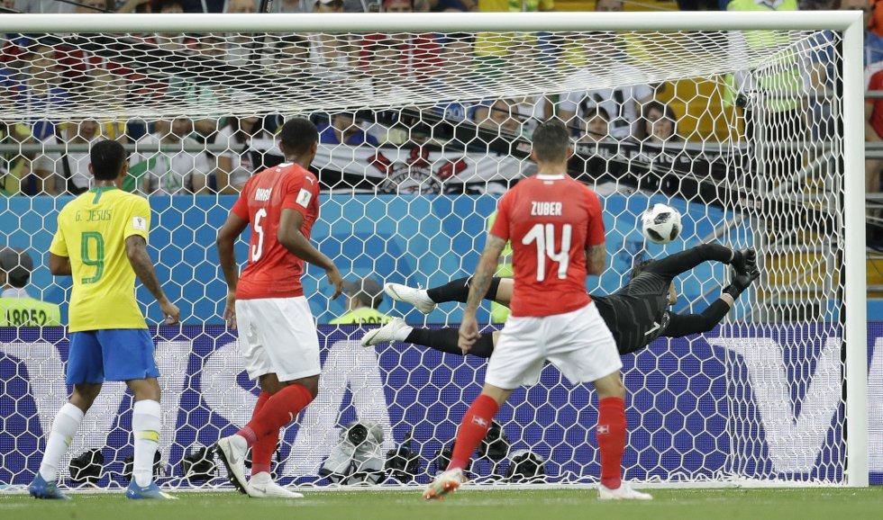 El portero de Suiza Yann Sommer no puede detener un disparo del brasileño Philippe Coutinho.