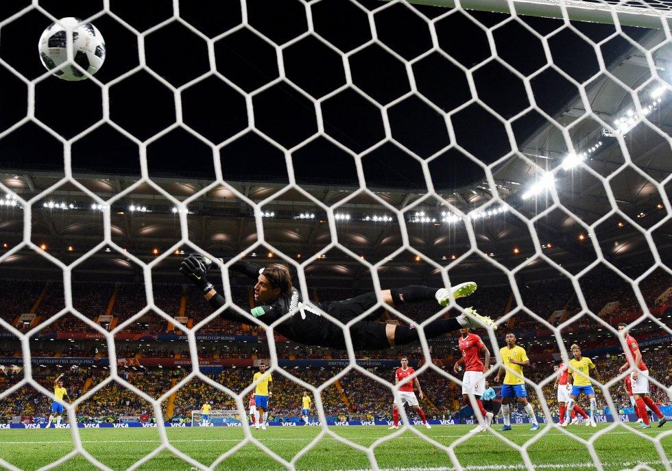 En esta imagen desde detrás de la portería, el portero de Suiza Yann Sommer no puede detener un disparo del brasileño Philippe Coutinho.