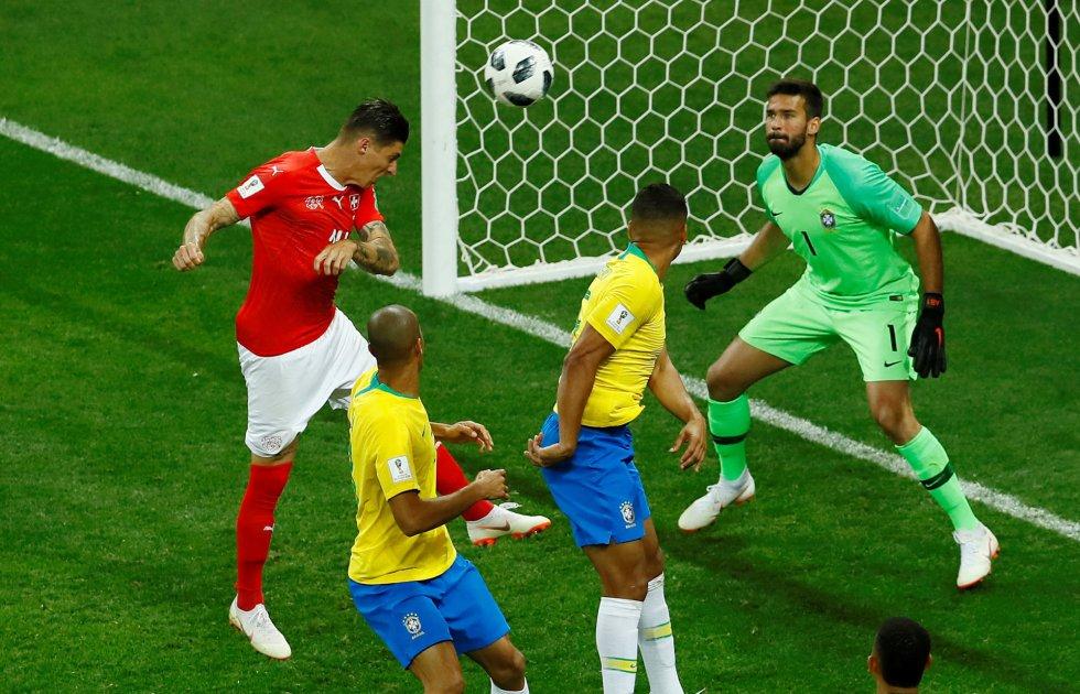 Steven Zuber marca el primer gol de Suiza, que supone el empate ante Brasil.