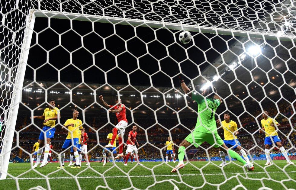 Steven Zuber de Suiza anota el empate ante Brasil.