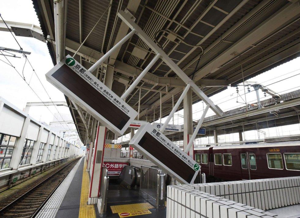 El portavoz del Ejecutivo nipón, Yoshihide Suga, ha señalado en rueda de prensa de que al menos tres personas han fallecido como consecuencia del seísmo, mientras que la cadena pública NHK habla de al menos 61 heridos, una treintena de ellos en la ciudad de Osaka. En la imagen, daños en un panel eléctrico en la estación de tren de Ibaraki-shi de la ciudad de Ibaraka, el 18 de junio de 2018.