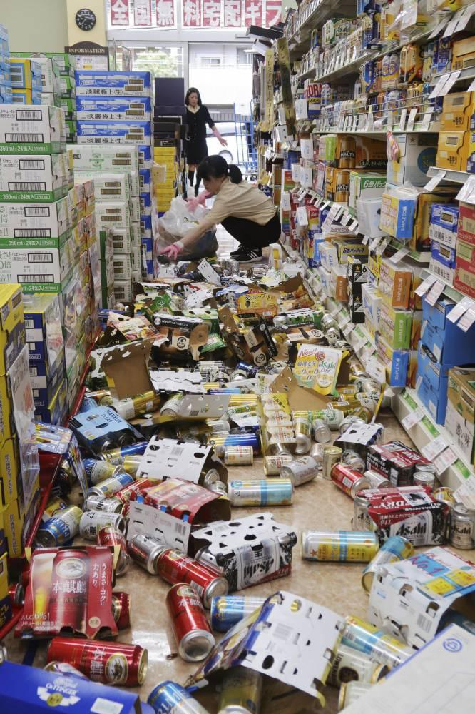 El seísmo se registró a las 7.58 hora local (10.58 GMT del domingo) y tuvo su hipocentro a 13 kilómetros de profundidad en la prefectura de Osaka, en la isla de Honshu —la mayor del archipiélago nipón— y a unos 500 kilómetros al oeste de Tokio, informó la Agencia Meteorológica (JMA). En la imagen, latas y otros artículos caídos en una tienda de Hirakata, el 18 de junio de 2018.