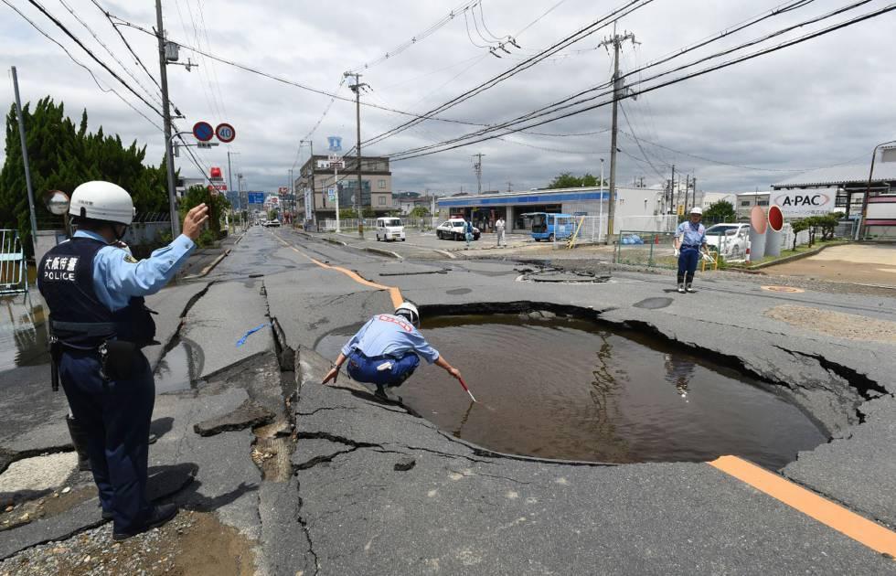 Al menos tres personas han muerto y varias decenas han resultado heridas al derrumbarse varios edificios en Osaka, la segunda ciudad más grande de Japón, tras un terremoto de magnitud 6,1 grados registrado en la zona oeste del país a la hora en que miles de personas se dirigían a sus puestos de trabajo. En la imagen, un socavón caudado por el terremoto en Takatsuki, al norte de Osaka, el 18 de junio de 2018.