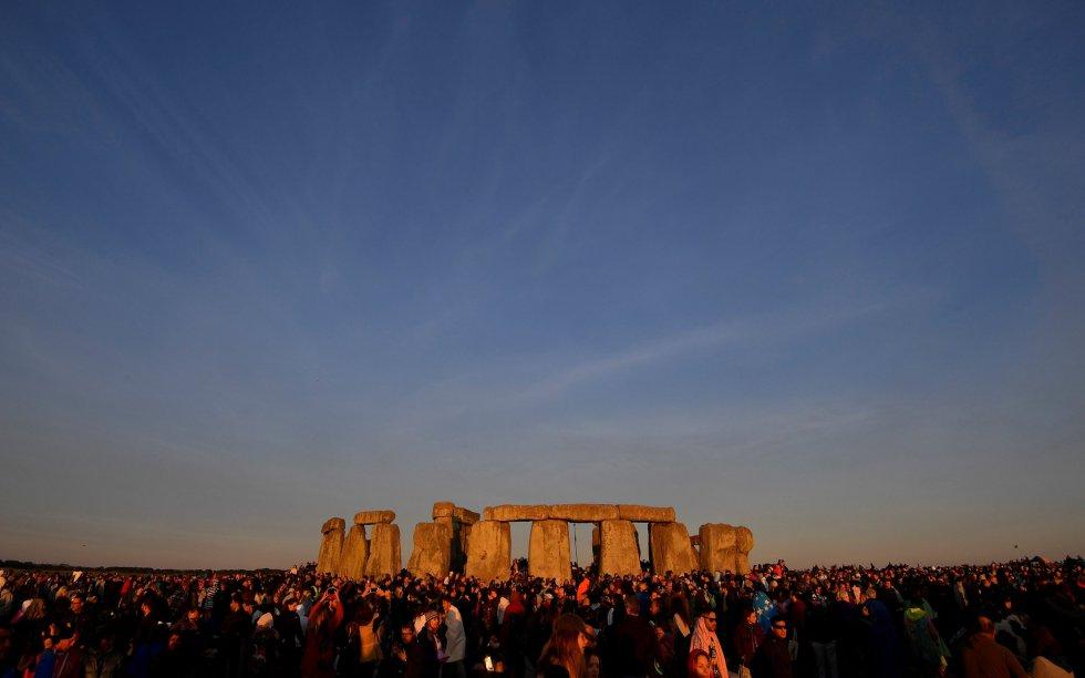 Vista general de Stonhenge durante la celebración del solsticio de verano, en Salisbury (Reino Unido).