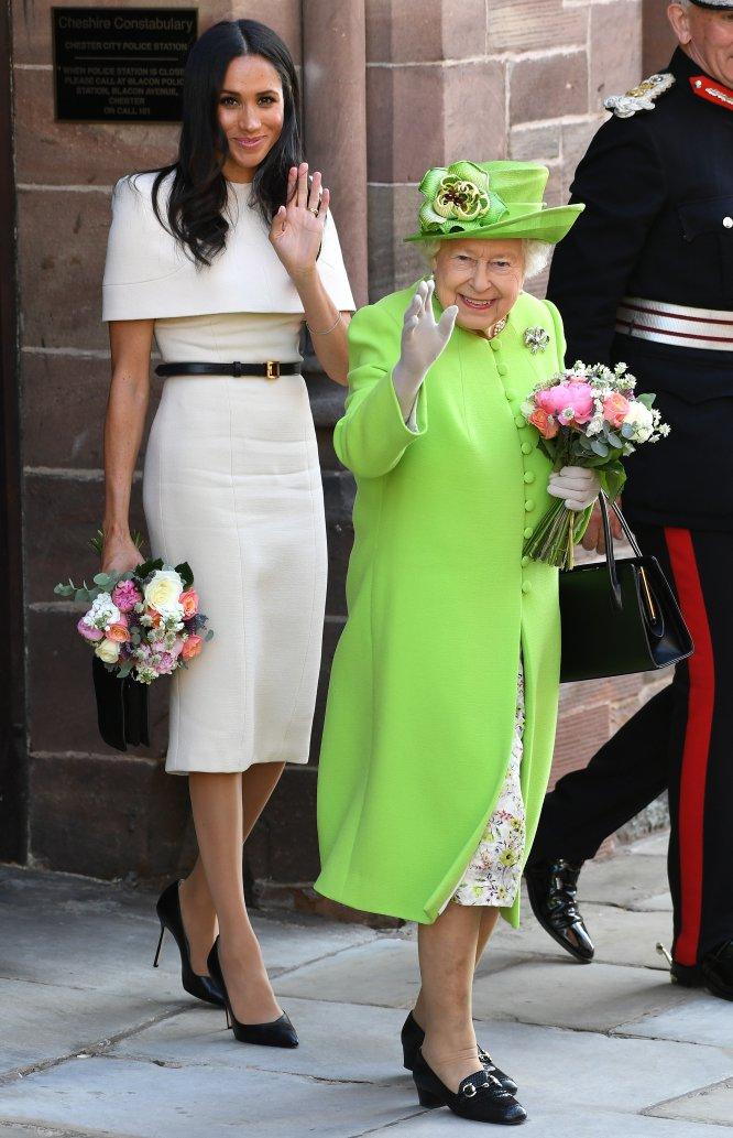 Su primer viaje fuera de Londres fue con la reina Isabel II en una actividad poco frecuente por parte de la soberana, que no suele viajar a solas con sus nueras ni con las hijas de sus nietos. Para el viaje en el tren real a Chester se decantó por la que parece haberse convertido en su firma fetiche, Givenchy y zapatos de YSL.