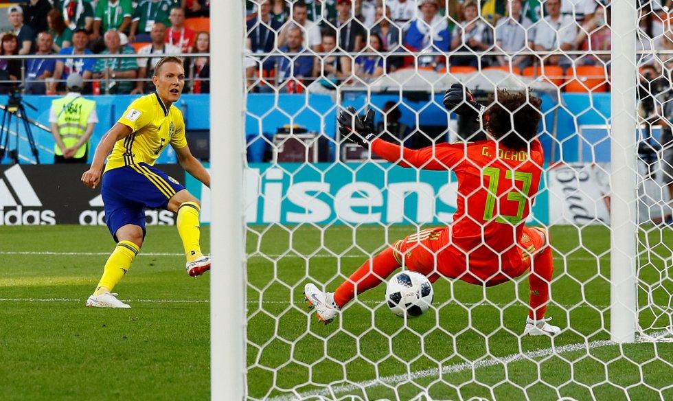 El sueco Ludwig Augustinsson marca el primer gol del partido contra México.