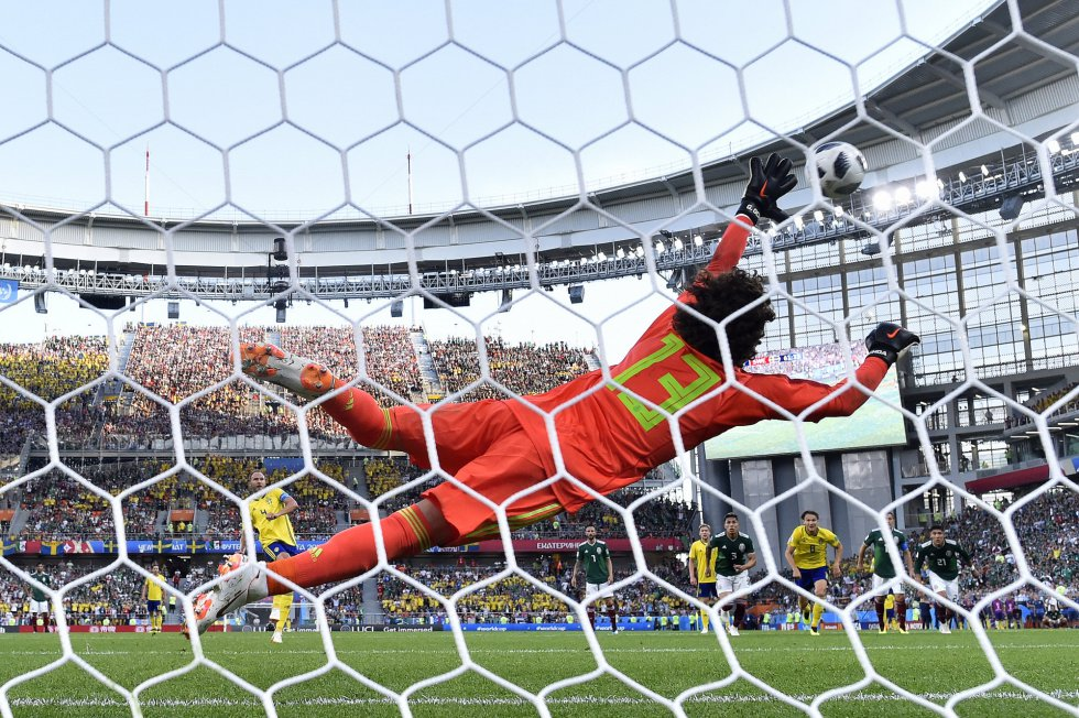 El sueco Andreas Granqvist marca el segundo gol de su equipo.